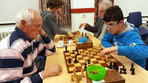 Rechts het winnende koppel Michael Isa (speelt tegen jeugdleider Jan Wouters) en Hans van de Weteringh (speelt tegen Maxim Huirne)